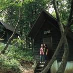 キャンプ場のバンガロー